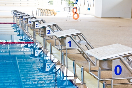 수영 경기를위한 번호로 플랫폼을 시작 스톡 콘텐츠