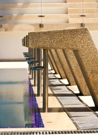 Plataformas de partida do close up na piscina Banco de Imagens