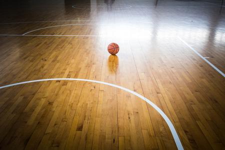 Esfera do basquetebol sobre o assoalho no ginásio