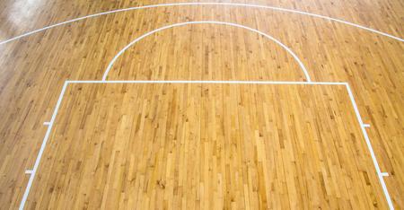 屋内木製の床のバスケット ボール コート 写真素材