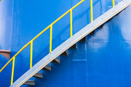 dep�sito agua: Escalera en el tanque de agua azul