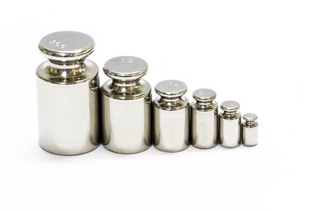 etalonnage: ensemble de poids de calibrage isol� sur fond blanc Banque d'images