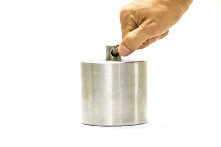 laboratory balance: peso di calibrazione isolato su sfondo bianco