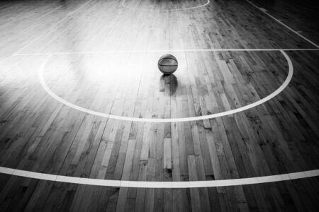 체육관에서 바닥을 통해 농구 공