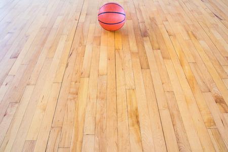 cancha de basquetbol: Baloncesto bal�n sobre el piso en el gimnasio