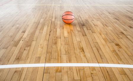 Basketball Ball über Boden in der Turnhalle
