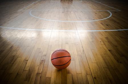 cerca: Baloncesto balón sobre el piso en el gimnasio