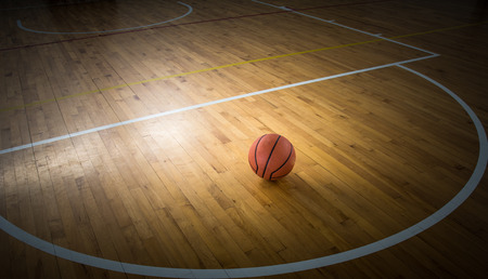 terrain de basket: balle de basket-ball sur un plancher dans le gymnase