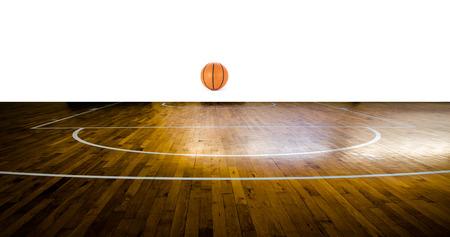 cancha de basquetbol: Cancha de baloncesto con la bola sobre fondo blanco Foto de archivo