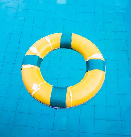 Rettungsring schwimmt in einem Schwimmbad