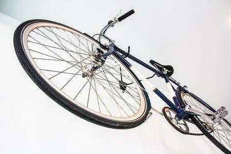 clavados: bicicleta fija del engranaje en la pared blanca Foto de archivo