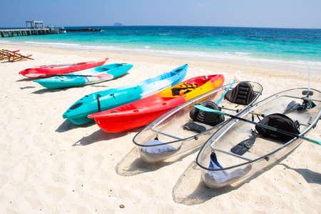 ocean kayak: kayaks en la playa tropical Foto de archivo