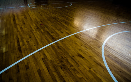 cancha de basquetbol: cancha de baloncesto piso de madera