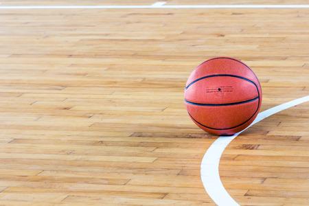 cancha de basquetbol: Bola del baloncesto sobre el piso en el gimnasio Foto de archivo