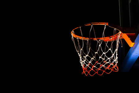 cancha de basquetbol: Aro de baloncesto en el fondo negro con efecto de luz