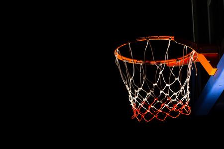 terrain de basket: cerceau de basket-ball sur fond noir avec effet de lumière