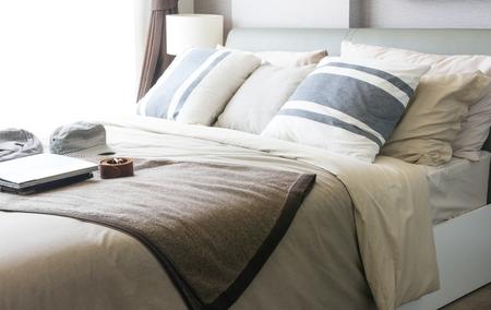 Empty modern bed in bedroom Standard-Bild