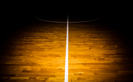 Holzfußboden Basketballplatz mit Lichteffekt