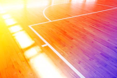 cour étage de basket-ball en bois avec des filtres de couleur