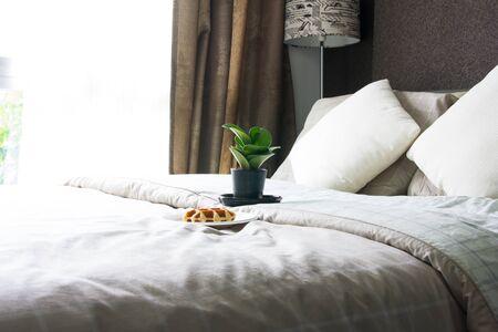 modern bedroom: Empty modern bedroom interior