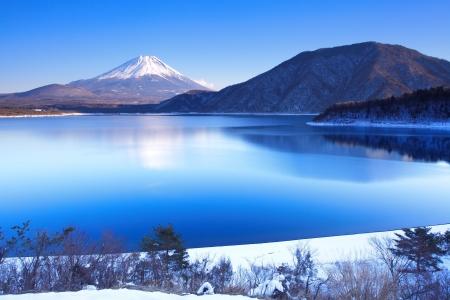 lejos: Montaña Fuji en invierno Foto de archivo