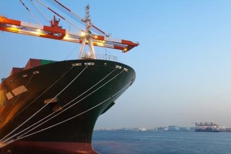 Navire cargo dans le port au coucher du soleil Banque d'images