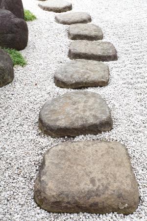 piedras zen: Camino de piedra del zen en un jardín japonés Foto de archivo