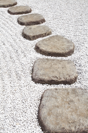 Chemin de pierre zen dans un jardin japonais