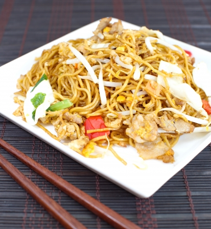 yi mein: chinese stir fried noodles with pork