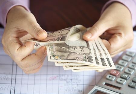 お金、日本の通貨注、日本円を数える手