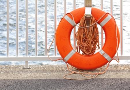 Rettungsring an einem Hafen Standard-Bild