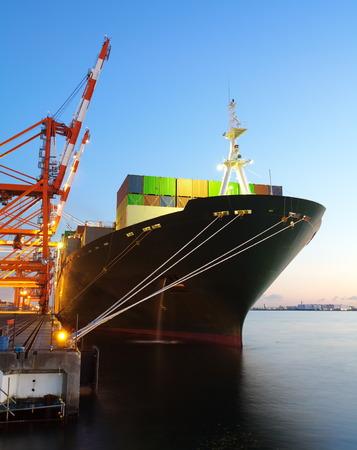 港のターミナルにコンテナー貨物船します。 写真素材