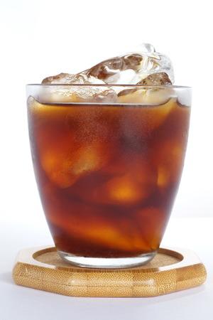 白い背景に黒のアイス コーヒー