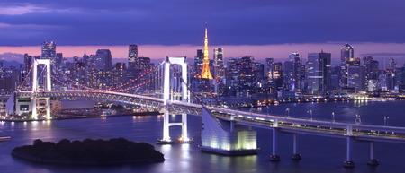 Tokyo Körfezi, Gökkuşağı Köprüsü ve Tokyo Kulesi dönüm Güzel gece görünümü