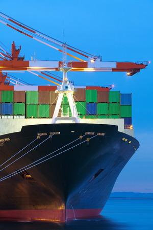 Containervrachtvrachtschip bij haventerminal