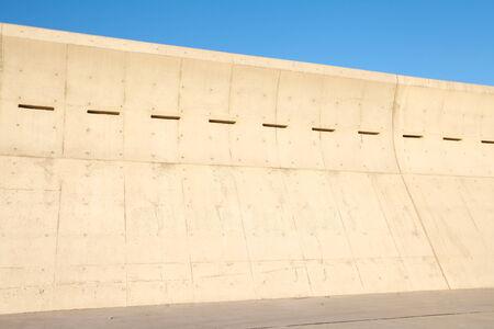 granola: Alto muro de hormig�n en la playa para la gran ola de tsunami de protecci�n