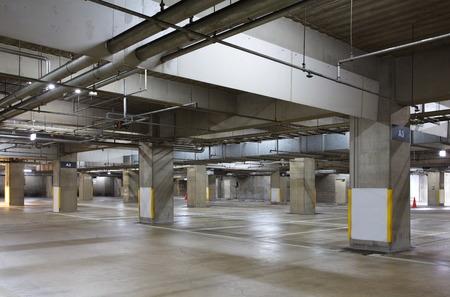 暗闇の中、駐車場ガレージ地下インテリア、ネオン