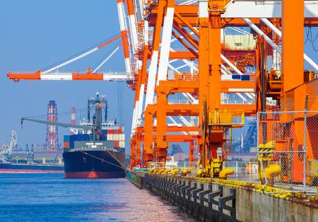 貨物船港ターミナルでコンテナーを積み上げ、 写真素材