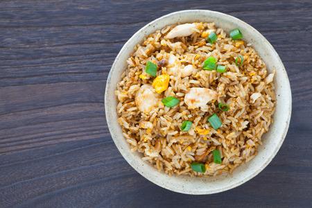 plato de comida: Alimentos fritos Saludable pollo arroz con huevo y cebolla verde