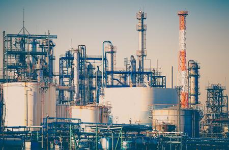 Industriële mening bij olieraffinaderij vorm industrie zone Stockfoto - 38253660