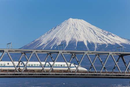 Bullet Train Tokaido Shinkansen avec vue sur fuji montagne � la pr�fecture de Shizuoka, au Japon