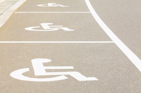 voiture parking: Parking ext�rieur espace vide de voiture pour personne handicap Banque d'images