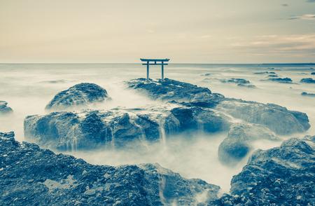 Japan landschap van de traditionele Japanse poort en zee bij Oarai prefectuur Ibaraki Stockfoto
