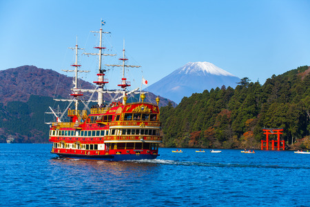 Lake Ashi en de berg Fuji in de herfst seizoen