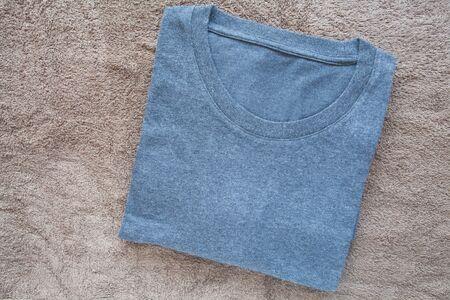 uomini di colore: Degli uomini di colore t-shirt su sfondo marrone asciugamano Archivio Fotografico