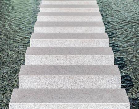 bloque de hormigon: V�a bloque de hormig�n moderno en piscina de agua