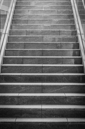 bajando escaleras: Interiores escaleras de hormig�n negro en el edificio moderno