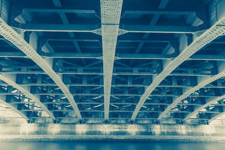 Perspectief van de stalen constructie van onder de brug Stockfoto - 41813104