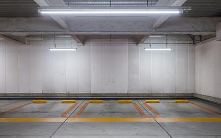 Der leere Raum Parkplatz Innen in der Nacht Standard-Bild - 42662231