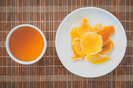 mango fruta: Pedazo de mango deshidratado y t� caliente chino
